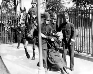 Londra, 1919. Suffragetta inglese resiste alla polizia