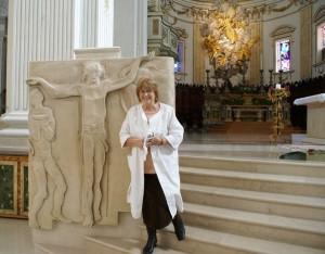 La scultrice Paola de Gregorio e una sua opera