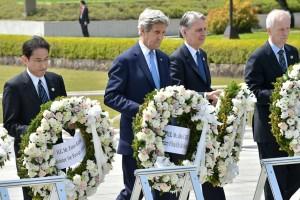 John Kerry mentre rende omaggio alle vittime di Hiroshima