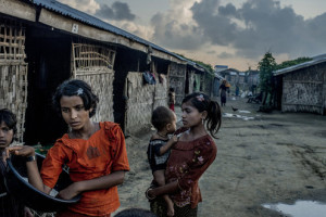 Rohingya giovani donne con bambine