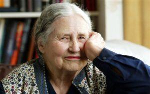 Doris Lessing, scrittrice, vince il Nobel a 88 anni, nel 2007