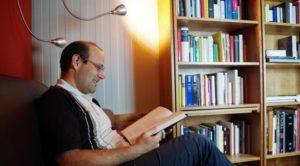 Lutz Fritsch mentre legge un libro all'interno della Biblioteca nel ghiaccio