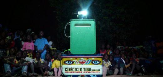 Cinècyclo porta il cinema educativo nei luoghi più remoti del mondo del Senegal. Viaggia e proietta grazie alla bicicletta