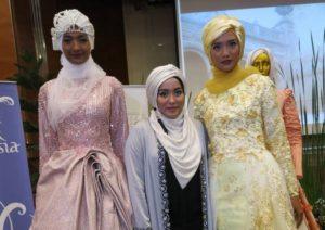 anniesa-hasibuan-stilitsta-indonesiana-sfila-a-new-york-con-una-collezione-fedele-ai-precetti-dellislamismo-ed-e-subito-tendenza