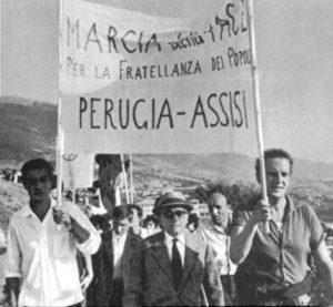 aldo-capitini-nella-marcia-da-lui-fondata-il-24-settembre-1961