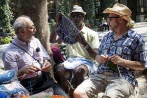 gruppo-di-uomini-al-knitting