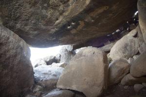 """GRA045. JERUSALÉN, 05/03/2017.- Fotografía aérea facilitada por la Dirección de Antigüedades de Israel. Arqueólogos israelíes han descubierto recientemente un exclusivo y misterioso dolmen de más de 4.000 años en el norte de la Galilea, informó hoy la Dirección de Antigüedades de Israel. El dolmen, de autoría desconocida, tiene unos exclusivos diseños artísticos que, según sus descubridores, son los primeros en su tipo en todo Oriente Medio. """"Este es el primer ejemplo de arte en un dolmen descubierto en Oriente medio"""", asegura un comunicado del organismo israelí, que ha participado en la excavación junto con la Academia universitaria Tel Hai y la Universidad Hebrea de Jerusalén. El misterioso dolmen ha sido hallado junto al kibutz Shamir, en un predio de otras 400 estructuras megalíticas, y su exclusividad radica en el diseño artístico que aparece en el techo del monumento. En la imagen, interior del dolmen. EFE/ ***SÓLO USO EDITORIAL***"""