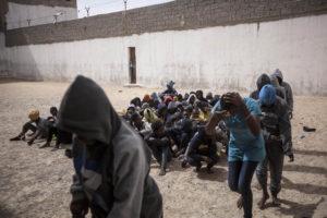 Clandestin durante un trasferimento di Profughi in Surman Libia occidentale
