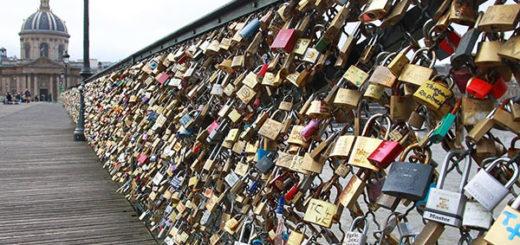 Parigi lucchetti dell'amore all'asta