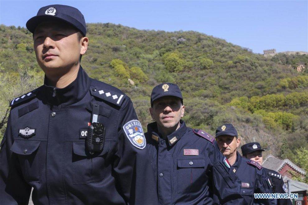 poliziotti italiani sulla grande muraglia 4