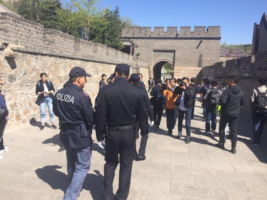 poliziotti italiani sulla grande muraglia