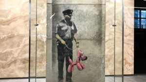 Bansky Man with Baloon Dog mostra di Torono