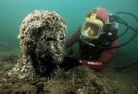 Osiride - archeologo subacqueo osserva testa di donna