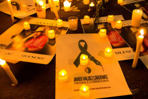 CIUDAD DE MÉXICO, 16MAYO2017.- Estudiantes de periodismo; fotógrafos; camarógrafos e integrantes de la sociedad civil se congregaron a la entrada de la Secretaría de Gobernación para protestar en contra del asesinato del periodista Javier Valdez Cárdenas, el día de ayer en Sinaloa, así como en contra de los otros 5 compañeros muertos en lo que va del año. Con veladoras, pancartas y fotografías del periodista los asistentes exigieron justicia y que se encuentre a los responsables. FOTO: GALO CAÑAS /CUARTOSCURO.COM