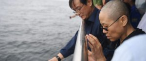 Liu Xia durante lo spargimento della ceneri del marito