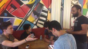 Tripoli cafe shop ragazzi che parlano