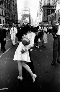 Leica - Il bacio - Londra 1945
