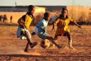 FOTO IPP/ALESSANDRO SABATTINI Johannesburg - Soweto - 25/06/2009 nella foto alcuni bambini di una delle piu' povere Township de Sud Africa giocano a calcio Italy Photo Press - World Copyright - Soweto - Sud Africa - 2009-06-25 FOTO IPP/ALESSANDRO SABATTINI Johannesburg - Soweto - 25/06/2009 nella foto alcuni bambini di una delle piu' povere Township de Sud Africa giocano a calcio Italy Photo Press - World Copyright Johannesburg Soweto alcuni bambini giocano a calcio gioco bambino poverta' pallone - fotografo: / ITALYPHOTOPRESS